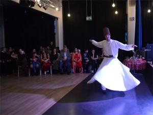 """""""Tanz des Derwischs"""" - die Sema, begleitet von mehrstimmigem Gesang und  Musik"""