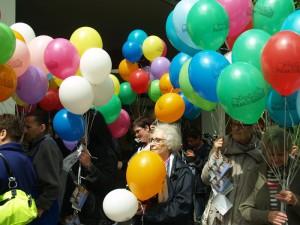 Viele Ballons, viele Frauen und Mütter auf der einen ...