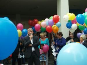Helmut Kleebank unterstützt die Aktion und hat mit Journalistin eine Tour der guten Angebote in Heerstraße gemacht