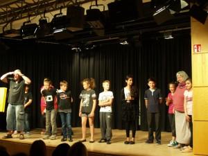 Verdienter Applaus für alle Akteure: Schüler der 5c, für den Regisseur und die Klassenlehrerin