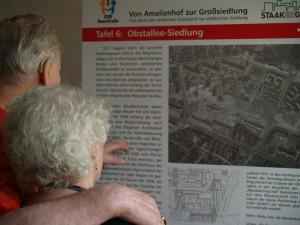 """Fürs Auge auch die Ausstellung """"Von Amalienhof zur Großsiedlung"""" des Geschichtstreffs im Kaffee des Seniorenhauses"""