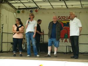 Sorgten für das Fest: die Organisatoren Nakissa Zabet vom QM-Team, Katrin Mommert von GEWOBAG MB und  vom Seniorenbeirat Heerstr. 455 die Herren Lischke und Wolf