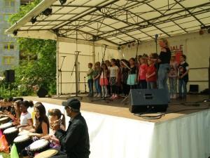 .. und begleiteten auch bei einem Lied den Chor ihrer Schule (unter Leitung von Simone Praetz)