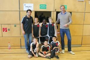 Die Morgenstern-Jungs mit Alba-Stars, Mithat Demirel (links) und Henning Harnisch (rechts)