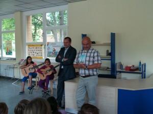 Dr. Karsten Derks von den Rotariern und der Schulleiter Michael Ozdoba
