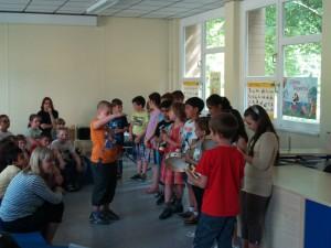 Großartig mit Rhythmusinstrumenten und Gesang die 3c mit ihrem Klassen-Dirigenten.