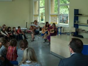 Selbst die kleinen Zuhörer waren ganz leise, beim Rondo der Gitarren-AG von Frau Praetz