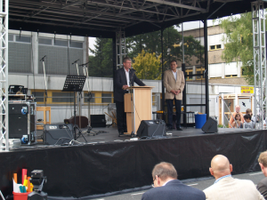 Brachte beste Grüße zum Fest, Bürgermeister Kleebank hier mit Schulleiter Bernd Jaeke