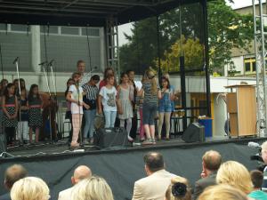 Unterstützten mit rhythmischem Klatschen, Stampfen und Schlagen den Chor beim Schul- und Jubiläumslied