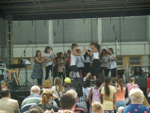 """Fans am Bühnenrand """"Caroline"""" mit der Rock 'n Roll-Gruppe"""