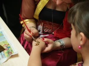 .. der kunstvolle Schmuck von mit Henna bemalten Händen