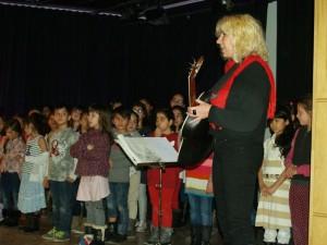 ... wie auch von der Musiklehrerin und Leiterin von Chor und Instrumentengruppen Simone Praetz