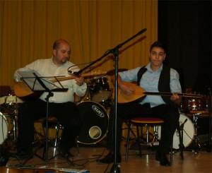 Mit im Orchester wie auch Solo als Duo - Ozan Dogan und Baglama-Schüler