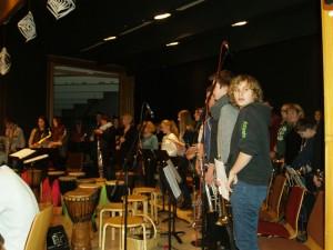 Auf der Bühne im Hintergrund, musikalisch aber ganz vorne: die Bläser von Big Band und Blasorchester