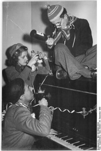 wikimedia-Commons-_Bundesarchiv_Bild_183-09082-0004_Neujahrsfest-Illus-Quaschinsky-1950-.jpg