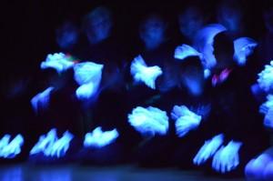 Die 3 b mit flinken Händen beim Sitztanz im Schwarzlicht ..