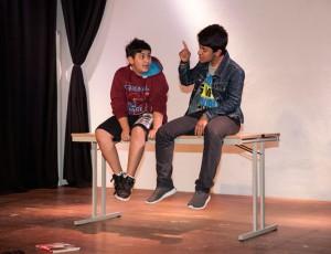 Szenen rund um Familie und Freundschaft von der Theatergruppe
