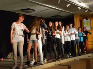 Alle sind eingestiegen und die Klassenfahrt beginnt - mit einem mehrsprachigen Vorstellen der Akteure