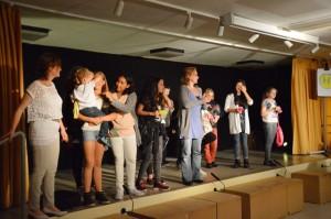 Verdienter Applaus für Stück & Spiel, für die Theater AG und für Sabine Liebisch (Bildmitte)