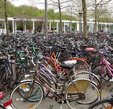 """Ausschnitt """"Fahrräder Göttingen 2012"""" von Ub12vow - Eigenes Werk. Lizenziert unter CC BY-SA 3.0_ Wikimedia Commons"""