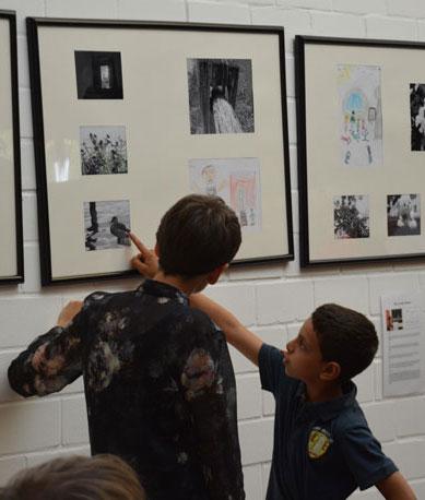 Kinder in der Ausstellung Schwarz-Weiße Erde