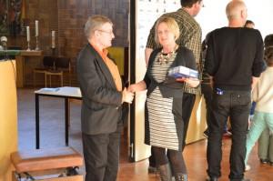 Fast ein symbolischer Händedruck von Pfarrer Hasselblatt und der Geschäftsführerin vom Gemeinwesenverein für die weitere enge Zusammenarbeit