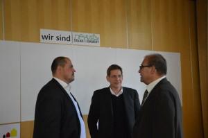 Viele Unterhaltungen zwischen den Gästen, hier die Stadträte und der Chrorleiter Carsten Albrecht