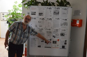 Noch ein Jubiläum in 2015: 35 Jahre TREFFPUNKT. Der heutige Cheflayouter mit den Faksimiles der Stadtteilzeitung