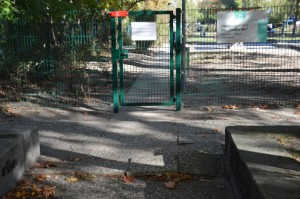 Ungewollte Hindernisse mit Pflastersprüngen direkt vor dem rückwärtigen Zugang der Kita Staaken Bär, die für Buggys hinderlich und für Mütter, Väter mit Kind auf dem Arm gefährlich sind.