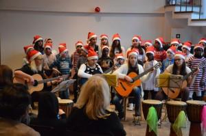 Instrument und Publikum fest im Griff, das Gitarrenquartett der Christian-Morgenstern-Grundschule