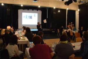 Begrüßte alle Gäste mit Namen und kündigte ein dann pffenes Abschiedsfest im Frühjahr an, Petra Sperling, die Geschäftsführerin des Gemeinwesenvereins.