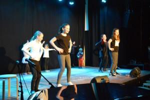 und Bühne für Auftritte - die kleinen Pünktchen und die HipHop-Truppe von Frauke Long ...