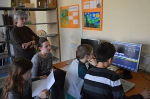 Die Klassenlehrerin Frau Bonk und die erste Tonregie-Crew der 5a