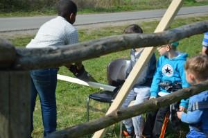 Teamwork: Einer sägt und Zwei klemmen die Stange fest