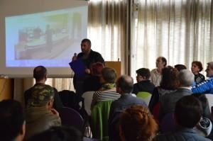 Talkrunde: Bericht und Bilder aus dem Flüchtlingsheim, vorgetragen von Human Rasch als Übersetzer
