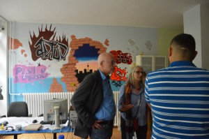 ... und im Gespräch drinnen, mit gemeinsam gefertigter Wandgestaltung