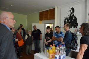 Präsentieren die jungen Männer ihr Projekt