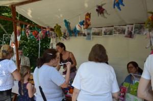 Das Erkennungszeichen schwebt über Köstlichkeiten und Handwerk - Nanas beim 'Kiosk' Frauentreff