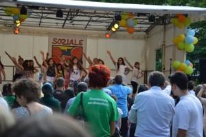 Vom 'Birkenhain' kamen die Kinder mit Musik, Aerobic und ...