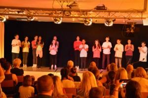 Fremd und doch aus dem TV bekannt - die Akteure schmeicheln ihrem Publikum durch Applaus zu Beginne der Vorstellung
