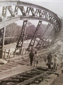 Gefährliche Wege auf der zerstörten Freybrücke Mai 45