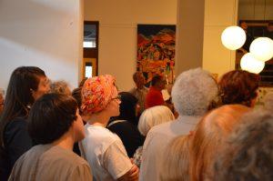 Dichtgedrängt und aufmerksam das Publikum im Foyer
