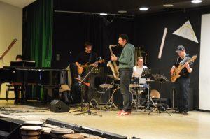 Im Mittelpunkt, die Uraufführung der Kompositionen v. Moritz Sembritzki und die Dozenten-Band: Willi Sieger (Klavier) Moritz Sembritzki (Gitarre) Paulo Cedraz (Saxophon) Laurids Richter (Drums) & Jan Hoppenstedt (Bass)
