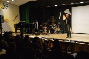 Jürgen Mularczyk, Leiter der Musikschule Spandau, begrüßte die Gäste, informierte über das Projekt und den neuen Lyrics-Wettbewerb
