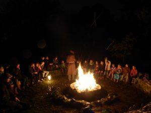 Eine Halloween ähnelnde Szene am Lagerfeuer: Alter Mönch und Jungpfadfinder